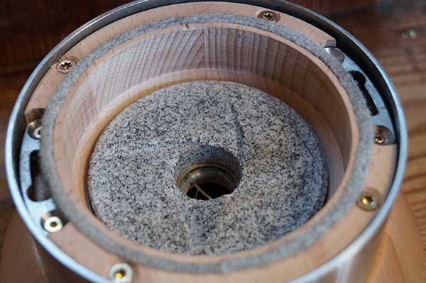 Grinding chamber made of domestic, solid and untreated wood